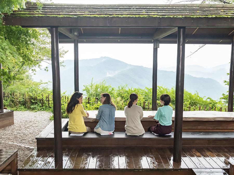 山上の足湯で景色を眺めながら足を休めよう!